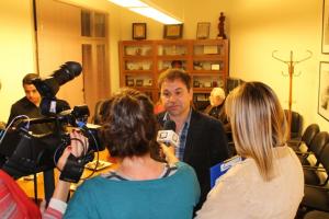 Bared Maronian recibiendo a distintos medios de prensa en el rectorado de la UNC.