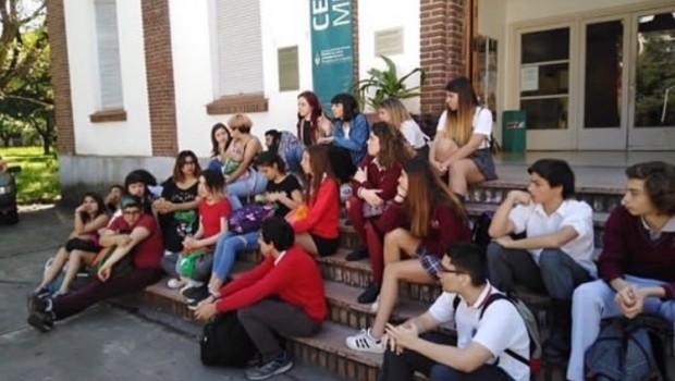 El pasado 16 de octubre alrededor de ciento cincuenta estudiantes de los años superiores de siete escuelas secundarias de gestión pública y privada de CABA y del gran Buenos Aires, […]