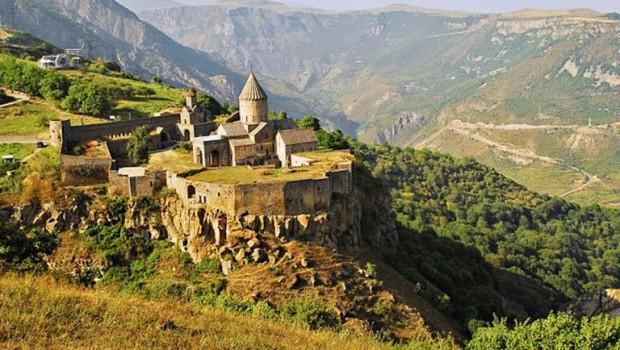 El 26 de noviembre se encendió la primera alarma: unos 250 de soldados de Azerbaiyáncruzaronla frontera en la región de Vardenis, Armenia, y exigieron la retirada de la población armenia […]